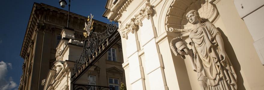 Posąg Ateny trzymającej w ręku hełm. W czasie II wojny światowej Brama Uniwersytecka została silnie uszkodzona. Dopiero na początku lat osiemdziesiątych minionego wieku w jej niszach pojawiły się na nowo odkute rzeźby, a całość doprowadzono do dawnej świetności. Fot. M. Kaźmierczak.
