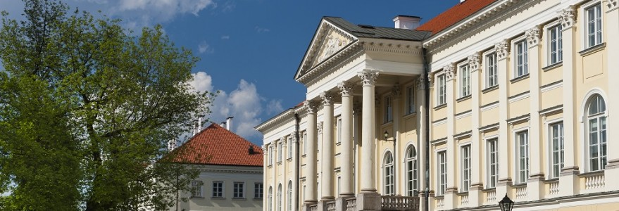 Situated on the scenic tall embankment and completed before 1643, the Kazimierzowski Palace initially played the role of a country royal villa and thus, it was called Villa Regia.
