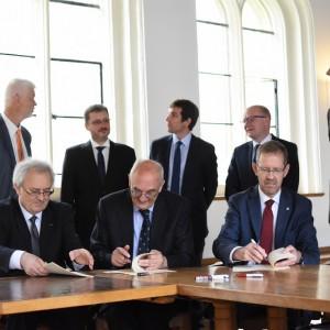 Professor Włodzimierz Bolecki, Professor Sir Leszek Borysiewicz and Professor Marcin Pałys during signing the agreement.