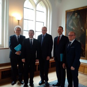 """Left: Prof. Włodzimierz Bolecki, Foundation for Polish Science, Prof. Robert Sucharski, Dean of the UW Faculty """"Artes Liberales"""" of the UW, Professor Sir Leszek Borysiewicz, Vice-Chancellor of the University of Cambridge, Prof. Marcin Pałys, Rector of the University of Warsaw and Assistant Professor Maciej Duszczyk, Vice Rector for Research at the University of Warsaw."""